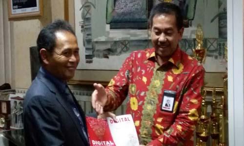 COO Telkom Sumbang Buku Digital EntrepreneurShift ke Unikom di Harbuknas