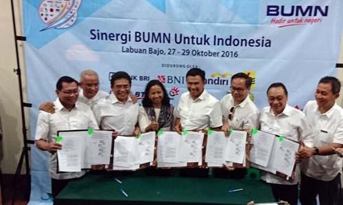 Dirut Telkom Alex J Sinaga (ketiga kiri) dan Menteri BUMN Rini M Soemarno (keempat kiri) usai penandatanganan sejumlah MoU antara Telkom dengan sejumlah BUMN untuk memperkuat platform Blanja.com, di Labuan Bajo, Jumat (28/10).(dok:TLKM)