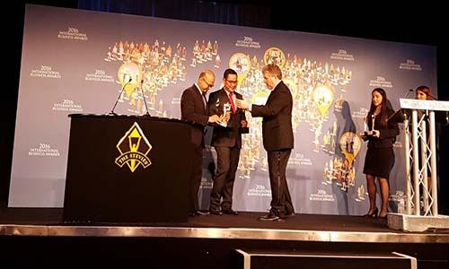AVP Enterprise Marketing Telkom Dadan Gumbira Pramudia (kiri) dan VP Corporate Communication Telkom Arif Prabowo (tengah) menerima penghargaan IBA 2016 dari Pendiri Stevie Award Michael P. Gallagher, di Roma, Jumat (21/10).(dok)