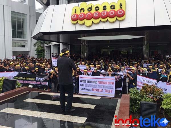 ratusan karyawan Indosat mengungkapkan sejumlah ketidakdilan yang diterimanya dari manajemen anak usaha Ooredoo