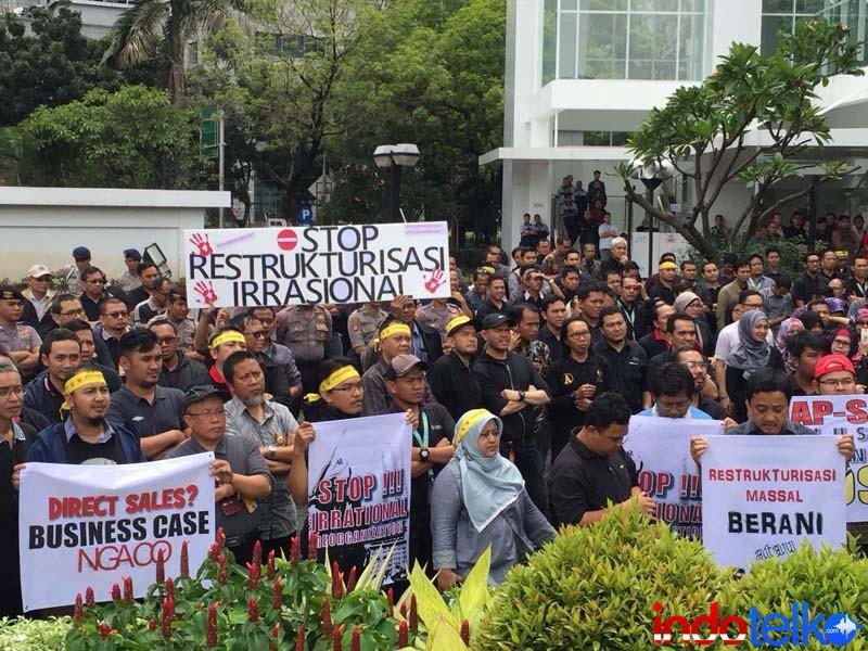 ratusan karyawan Indosat melakukan aksi atas isu penolakan PHK massal