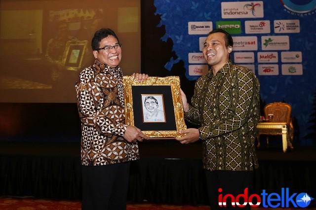 Pemberian cinderamata dari Pemimpin Redaksi IndoTelko.com Bapak Doni Ismanto kepada Direktur Utama PT Telkom Bapak Alex J Sinaga