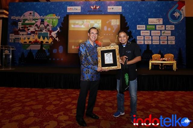 Pemberian cinderamata dari Wakil Pemimpin Redaksi IndoTelko.com dan Pemimpin Redaksi IndiTOURIST.com Bapak Setia Gunawan kepada Direktur Digital Banking & Teknologi Informasi Bank Rakyat Indonesia Indra Utoyo