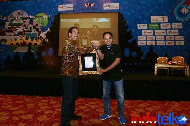 Pemberian cinderamata dari Wakil Pemimpin Redaksi IndoTelko.com dan Pemimpin Redaksi IndiTOURIST.com Bapak Setia Gunawan kepada Direktur Utama Angkasa Pura II Bapak Muhammad Awaluddin
