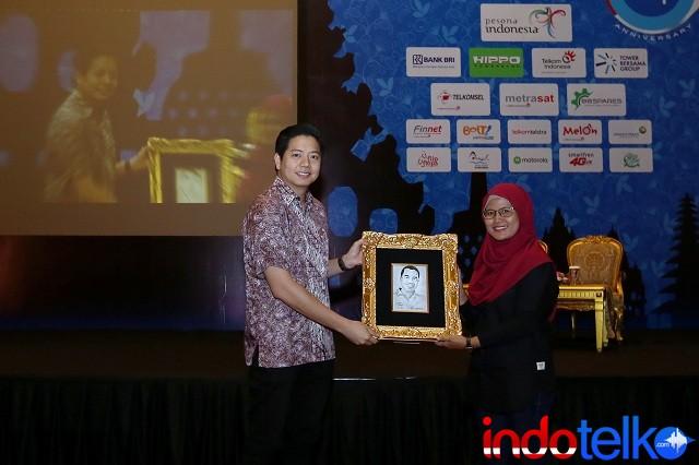 Pemberian cinderamata dari Direktur Marketing IndoTelko Group Ibu Bungsu Parlinasari kepada Chief Executive Officer Tiket.com Bapak George Hendrata