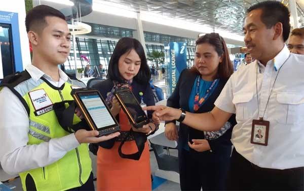 Petugas bandara Soetta makin milenial dengan komputer tablet