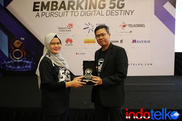 Direktur Marketing IndoTelko Group Ibu Bungsu Parlinasari menyerahkan Kenang-kenangan Kepada Direktur ICT Strategy & Marketing Huawei Indonesia, Mohamad Rosidi