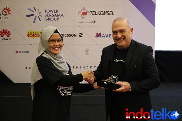 Direktur Marketing IndoTelko Group Ibu Bungsu Parlinasari menyerahkan Kenang-kenangan Kepada SVP Head of Sales APAC Mavenir, Sam Saba