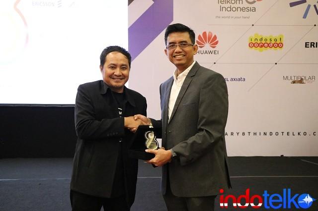 Wakil Pemimpin Redaksi IndoTelko.com Bapak Setia Gunawan menyerahkan Kenang-kenangan Kepada Direktur Network Telkomsel, Iskriono Windiarjanto