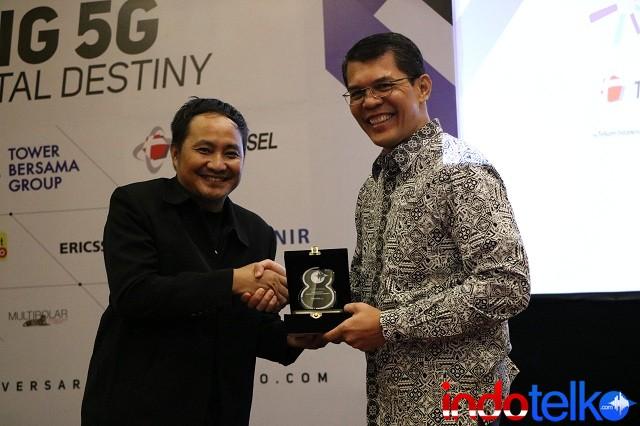 Wakil Pemimpin Redaksi IndoTelko.com Bapak Setia Gunawan menyerahkan Kenang-kenangan Kepada Head of Network Solutions Ericsson Indonesia, Ronni Nurmal