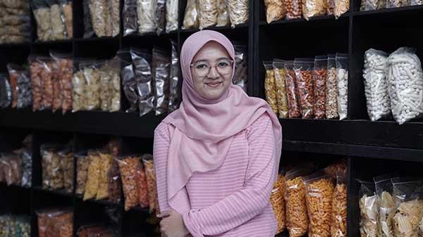 Kisah Hijaber bertahan di tengah pandemi dengan bisnis camilan