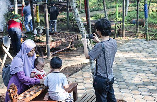 Jaringan Telkomsel dan XL manjakan wisatawan di Pasar Karetan